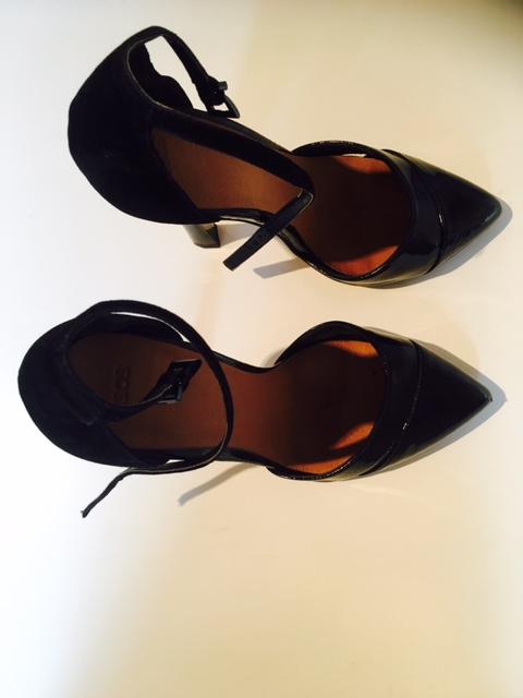 black-heeled-shoes